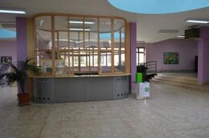L'atrio della scuola con il centralino e la postazione di accoglienza dei visitatori